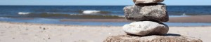 Strand mit Steinen
